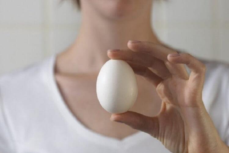 Избавиться от папиллом вам поможет обыкновенное куриное яйцо