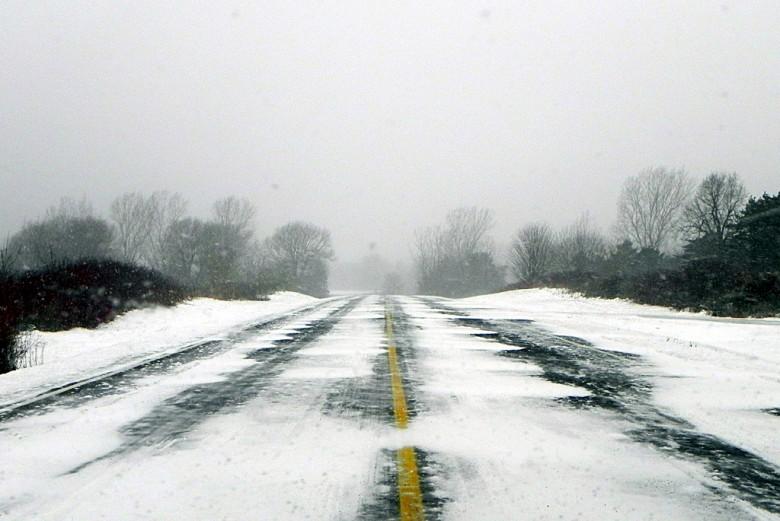 Если разметка не видна из-за снега, то штраф водителю за ее пересечение не придет