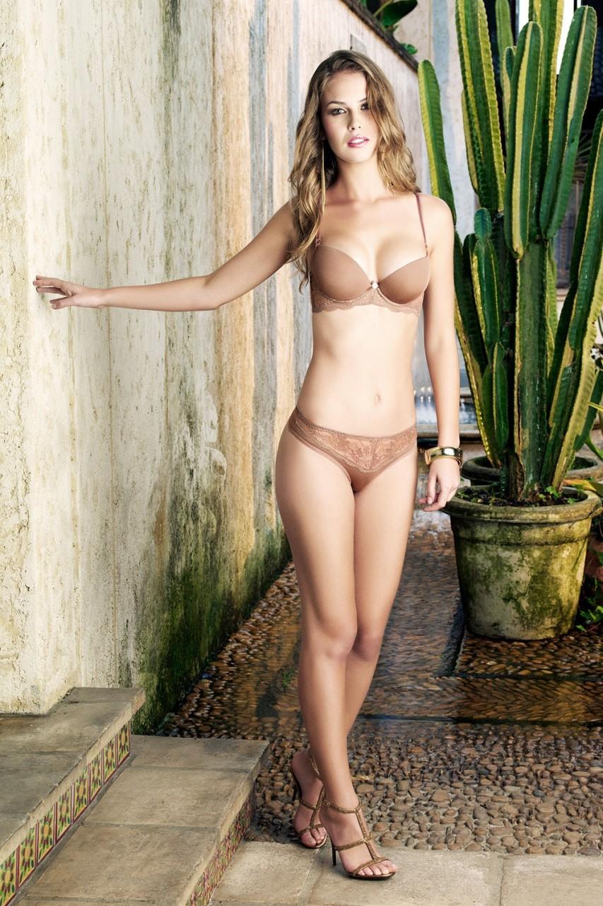 Головокружительно красивая Вероника Ассис  в фотосесии для Svelta