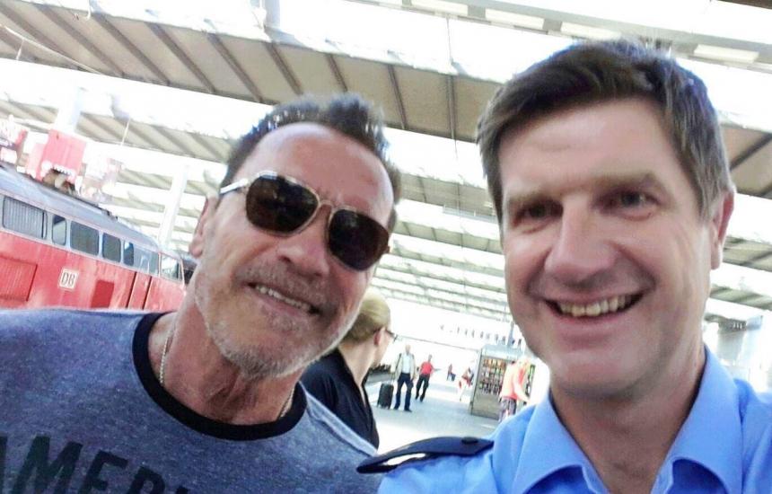 Неудержимый: Полицейские за селфи простили Шварценеггеру езду на велосипеде