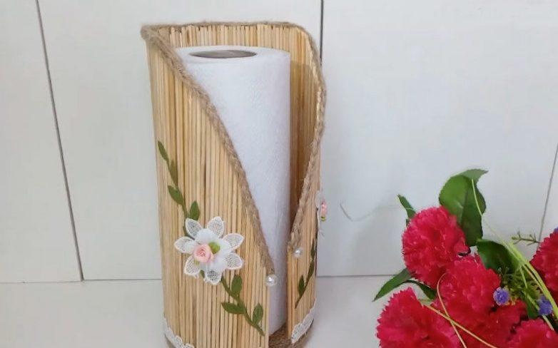 Оригинальная вещица — держатель для бумажных полотенец — из пластиковой бутылки и деревянных шпажек
