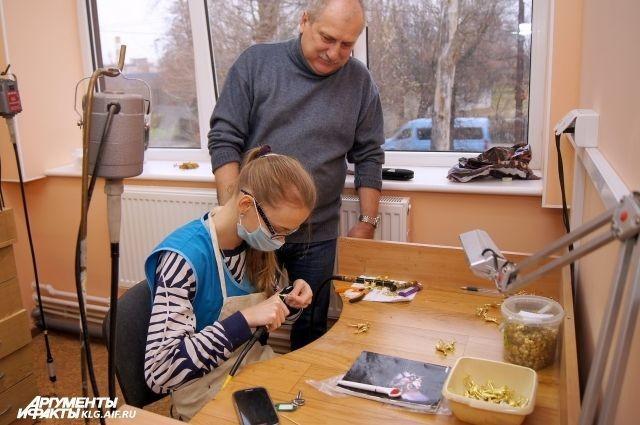 Отец открыл фирму ради глухонемой дочери