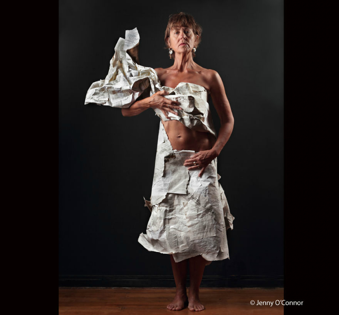 Рo в платье из газет.