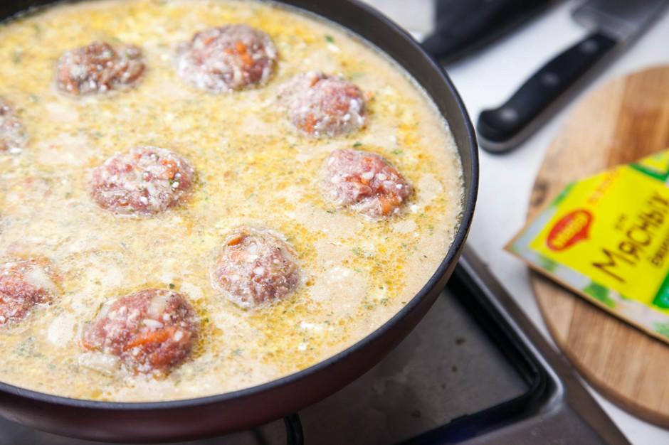 Тефтели в сметанном соусе на сковороде с рисом рецепт