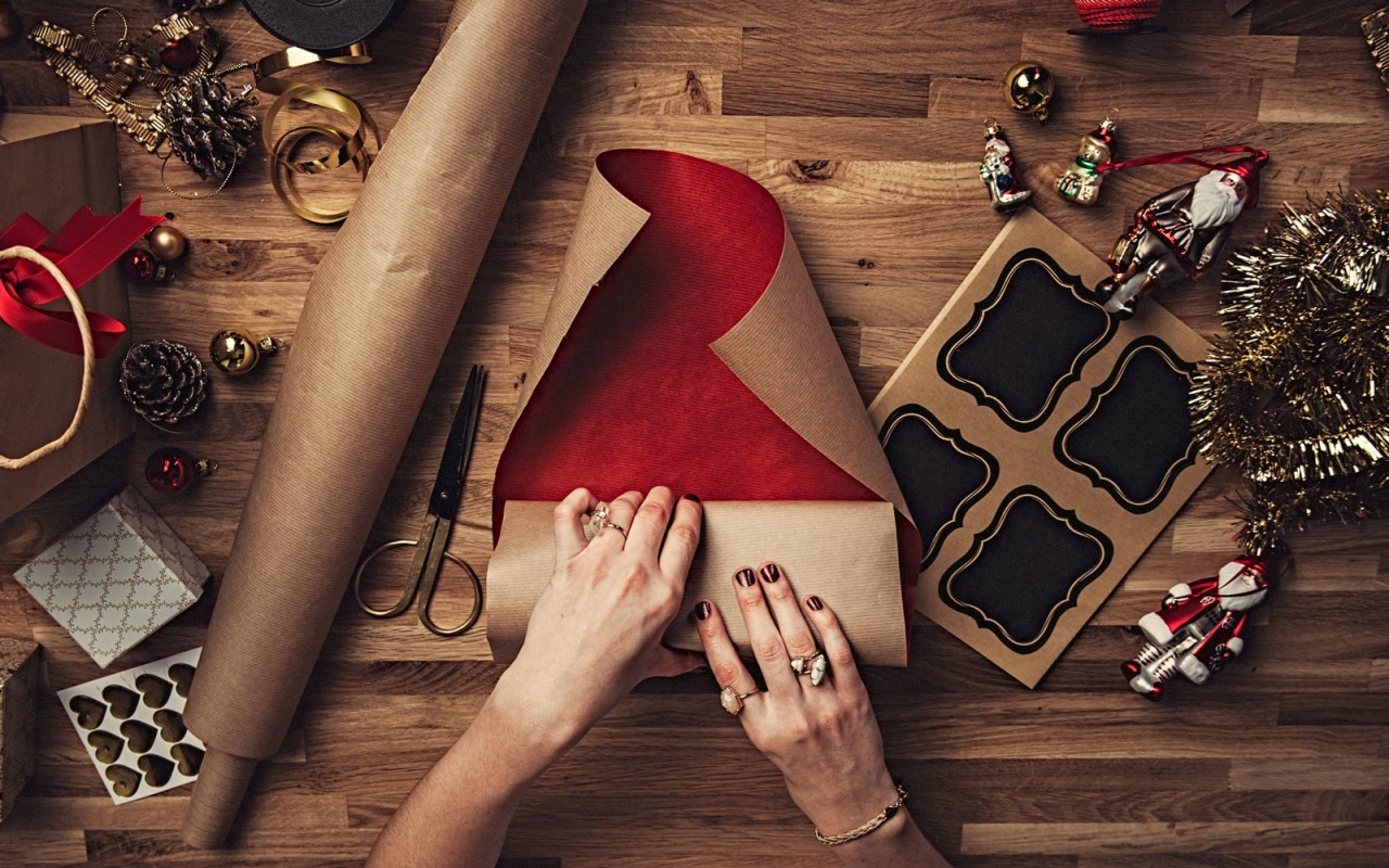 Как красиво завернуть подарок за 13 секунд