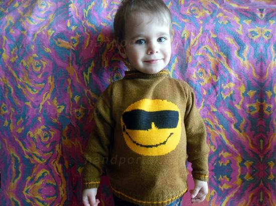 Детский свитер спицами для мальчика со смайлом