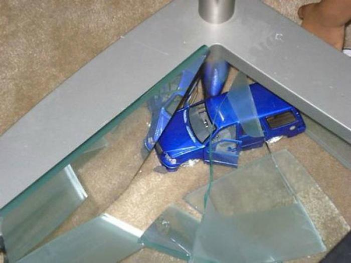 Разбитый стол.