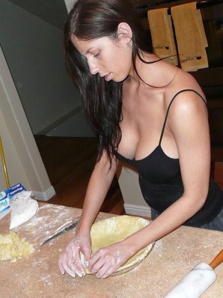 Горячие домохозяйки показывают голые киски  498912