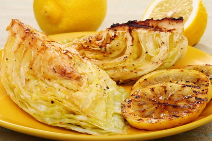 Жареная молодая капуста с лимонным соусом: просто и быстро