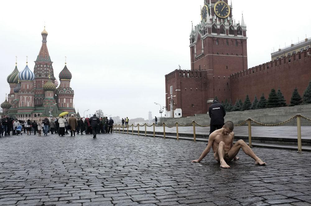 Яйца на брусчатке: В Петербурге появятся бургеры в честь скандального художника Павленского