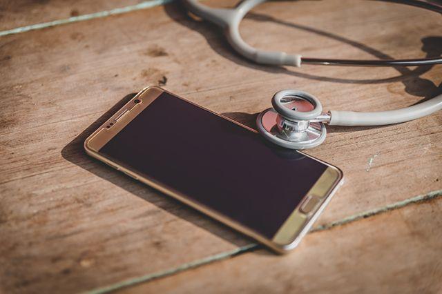 Рак из-за... мобильника? Развенчиваем распространенные мифы об онкологии