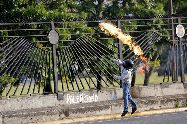 Почему сторонники президента Венесуэлы напали на здание парламента страны?