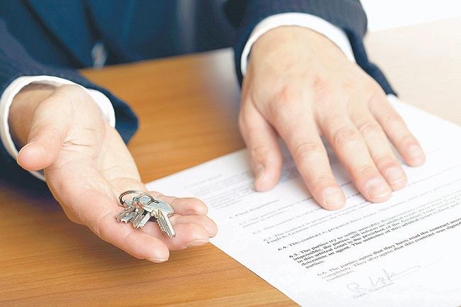 Муж не хочет переписать квартиру подаренную его родителями на пополам - на себя и жену... Это правильно?