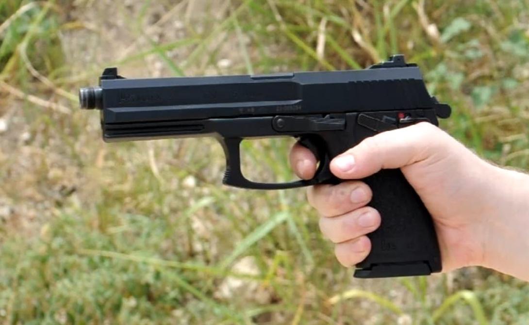 Heckler&Koch Mk23 Именно таким пистолетом оснащены бойцы американского полицейского спецназа. Полуавтоматическое оружие имеет модуль под лазерный прицел, глушитель и дополнительную планку для фонаря.