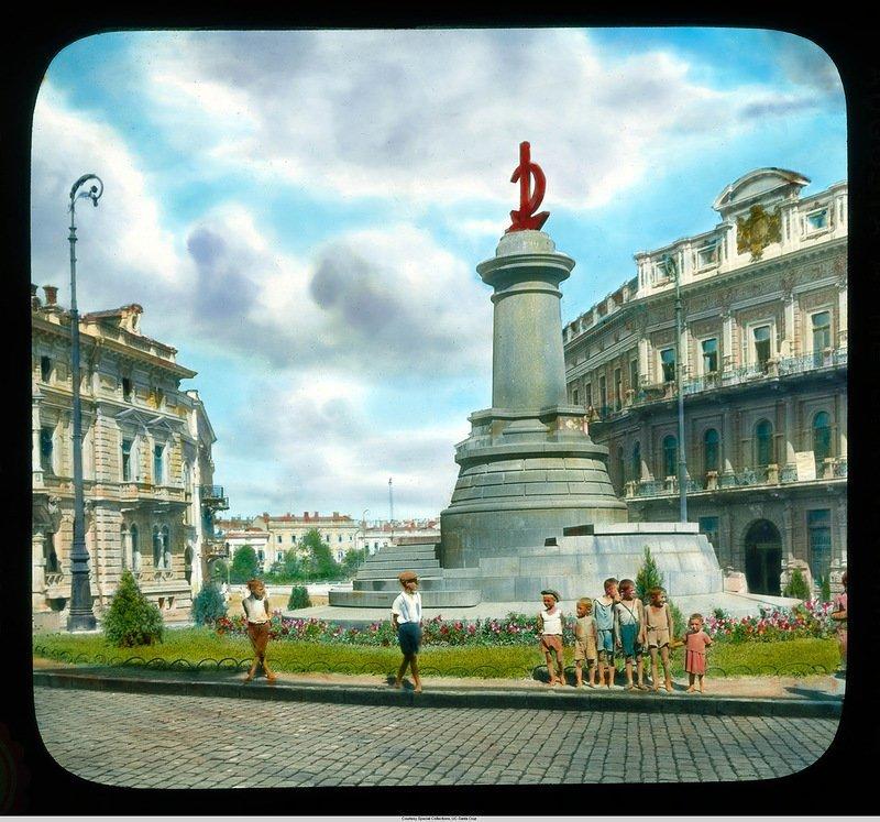 Коммунистический монумент с молотом и серпом, Екатерининская площадь. Памятник Екатерине снесли, памятник Потемкинцам еще не установили Бренсон ДеКу, кадр, люди, одесса, фото, фотограф