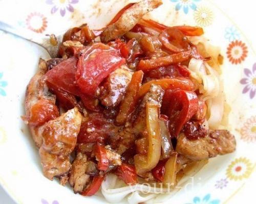 Куриное рагу с помидорами и перцем.