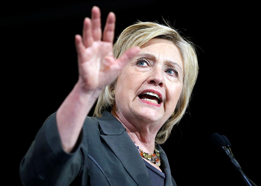 """Клинтон в своих мемуарах назвала Трампа """"отморозком, любящим запугивать женщин"""""""