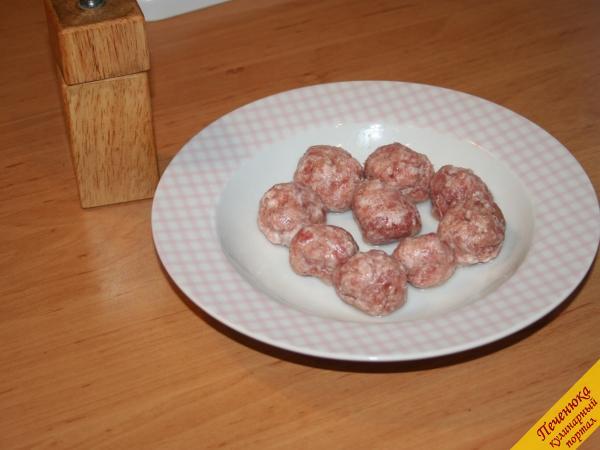 2) Руки смачиваем в холодной воде (для того чтобы мясной фарш не прилипал к ним) и затем уже из фарша сделаем небольшие шарики.