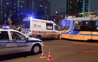Скорая помощь врезалась в трамвай на востоке Москвы