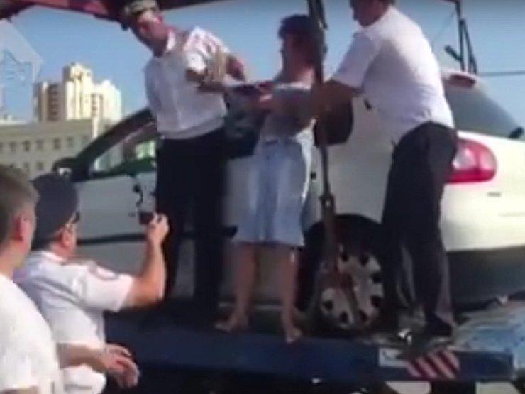 Женщина покусала сотрудника ДПС при эвакуации ее машины