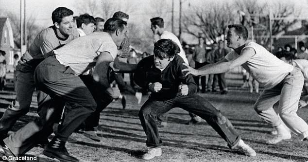 Элвис на тренировке по американскому футболу, 1956 год архив, знаменитости, интересно, история, редкие снимки, фото, фотоальбом, элвис пресли