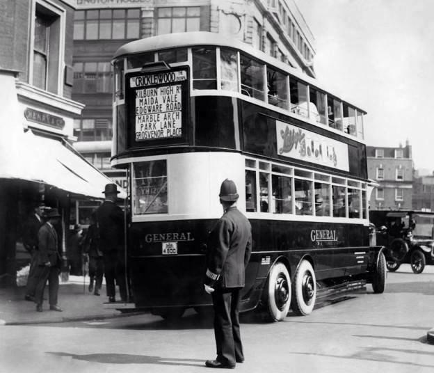 Призрачный британский двухэтажный автобус не раз был причиной ДТП