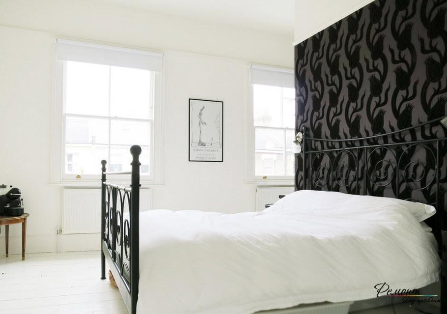 Акцентная черная стена над изголовьем кровати в интерьере спальной комнаты