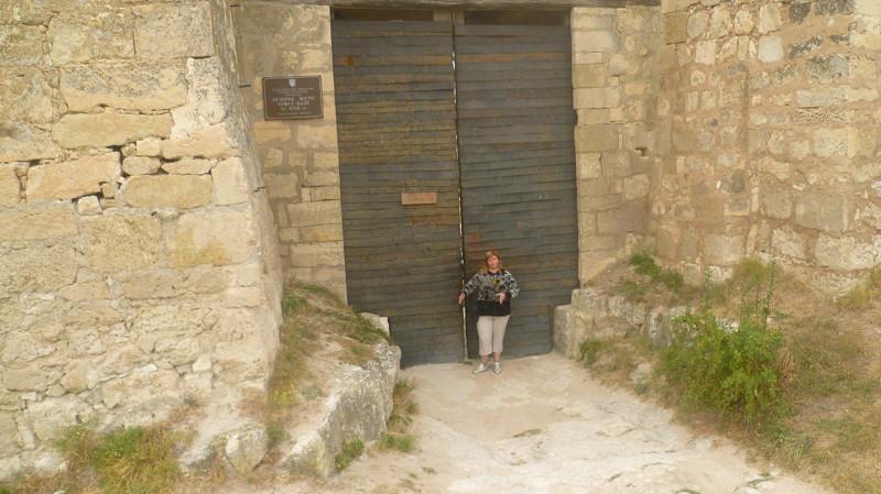 Ворота действительно большие! город Чуфут-Кале, крым, пещерный город, пещерный город Чуфут-Кале