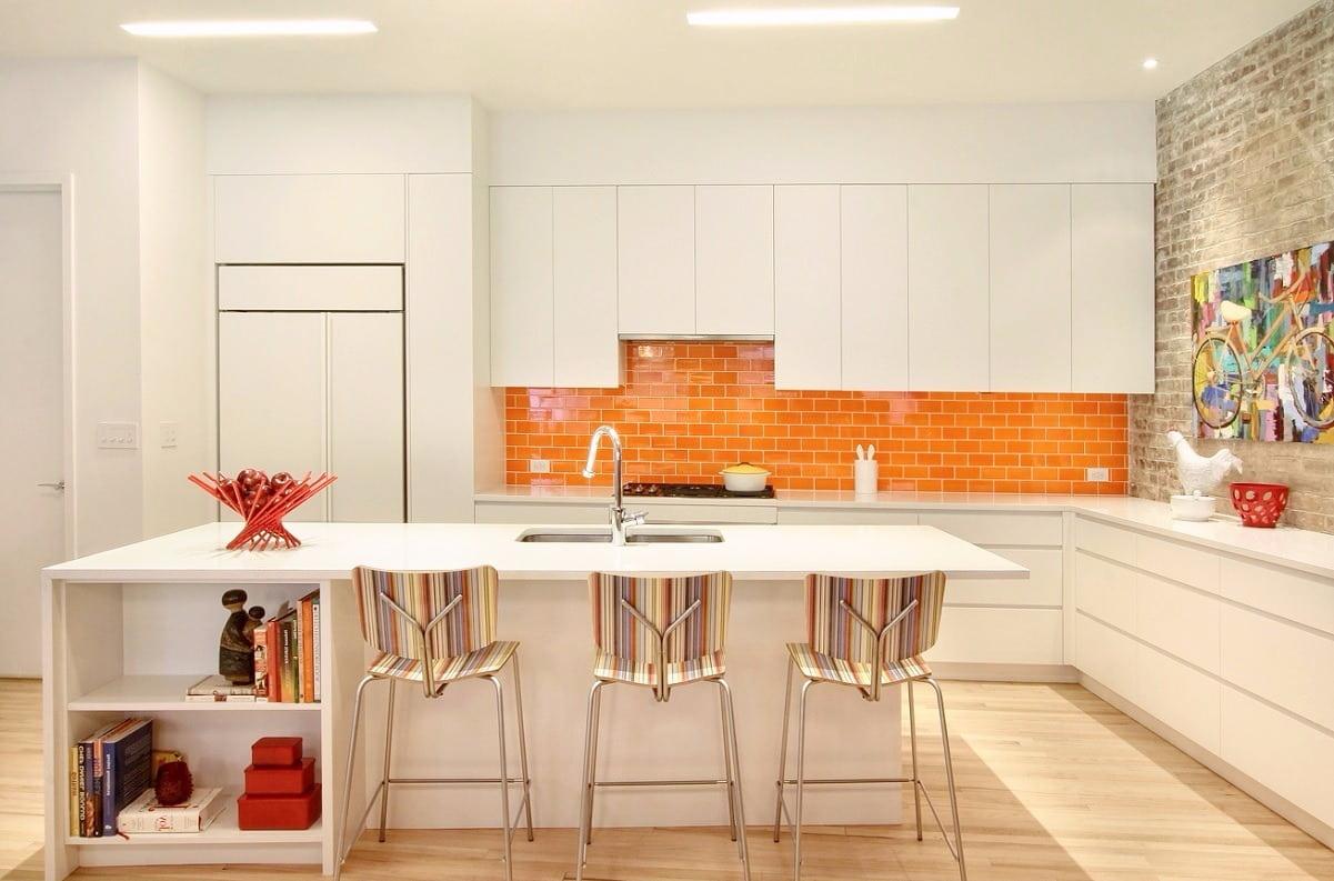 Игра оттенков белого и оранжевого, создают эффект дополнительного пространства