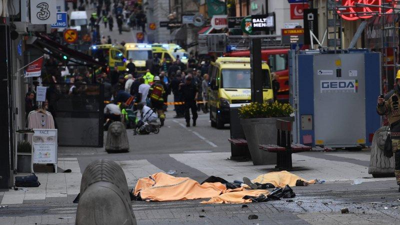 Видео наезда грузовика на толпу людей в Стокгольме появилось в Сети