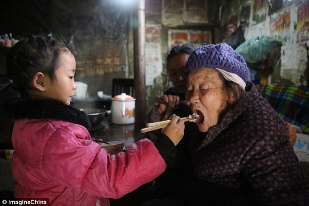 Пятилетняя девочка стала единственной сиделкой для бабушки и прабабушки