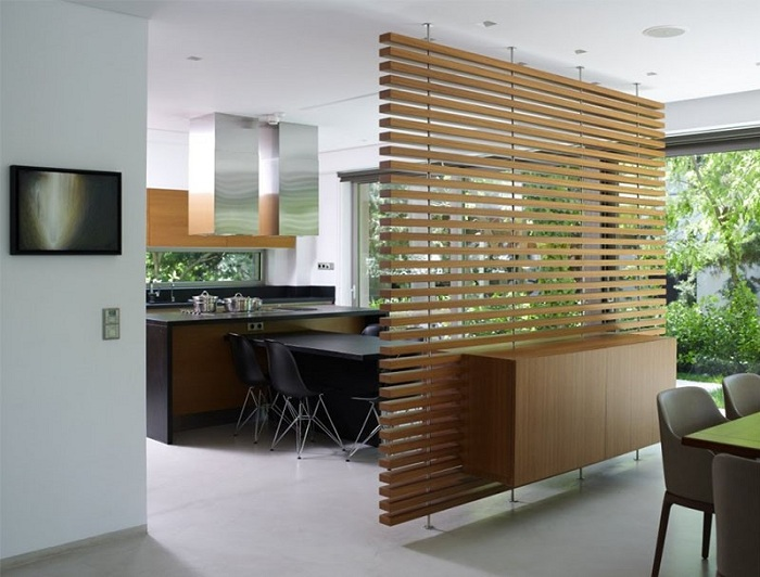 Плетеная перегородка позволит трансформировать пространство в комнате.