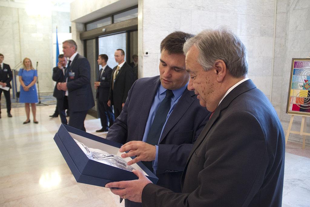 Рогозин высмеял Климкина за вышиванку для генсека ООН