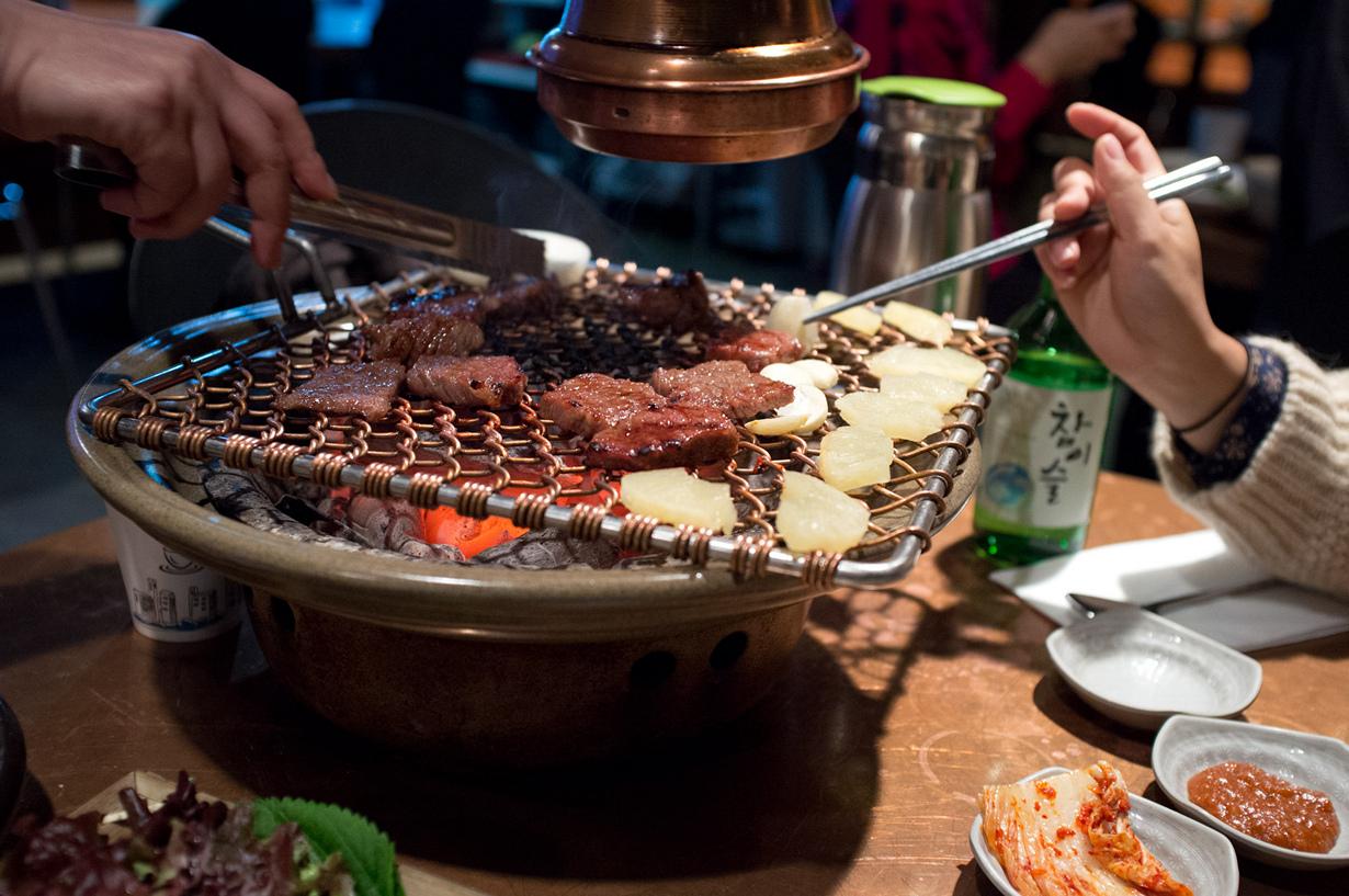 В Корее считается недопустимым начинать трапезу раньше самого старшего человека за столом. (Nathan Cooke)