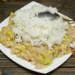 Добавляем в куриный фарш отвареный рис, листья карри, хлопья паприки и молотый чёрный перец