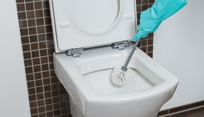Три гениальных способа почистить унитаз, не прикасаясь к нему