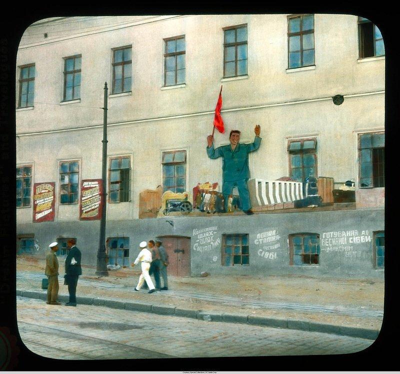 Городской вид близ гавани с пропагандой на здании Бренсон ДеКу, кадр, люди, одесса, фото, фотограф