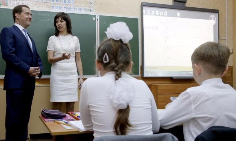 К 1 сентября опоздали: Медведев пообещал открыть до конца года рекордное число школ