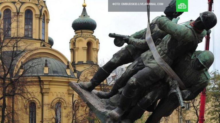 Москва предупредила Польшу о последствиях сноса советских памятников