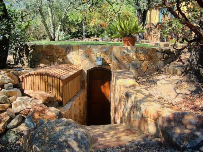 Все деревянные элементы при постройке погреба необходимо обязательно обработать антисептиком