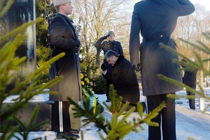 В целых носках Порошенко встал на колено на могиле Маннергейма