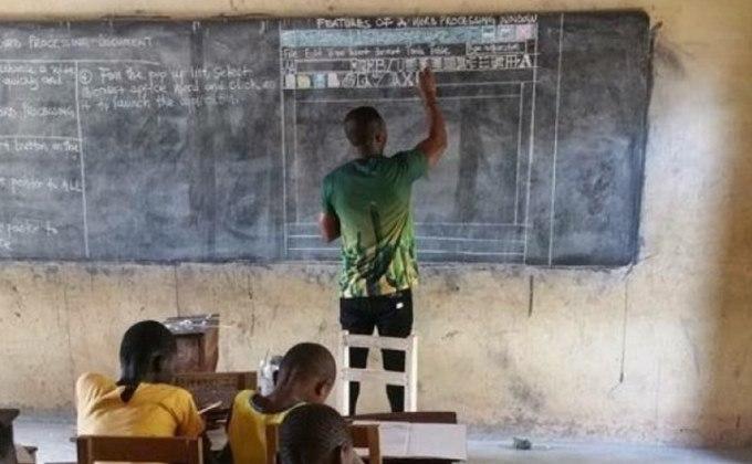 Учитель из Ганы объяснял Microsoft Word по рисункам на доске
