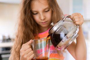 Не давайте это детям. Чем лучше пахнет чай, тем больше в нём химии