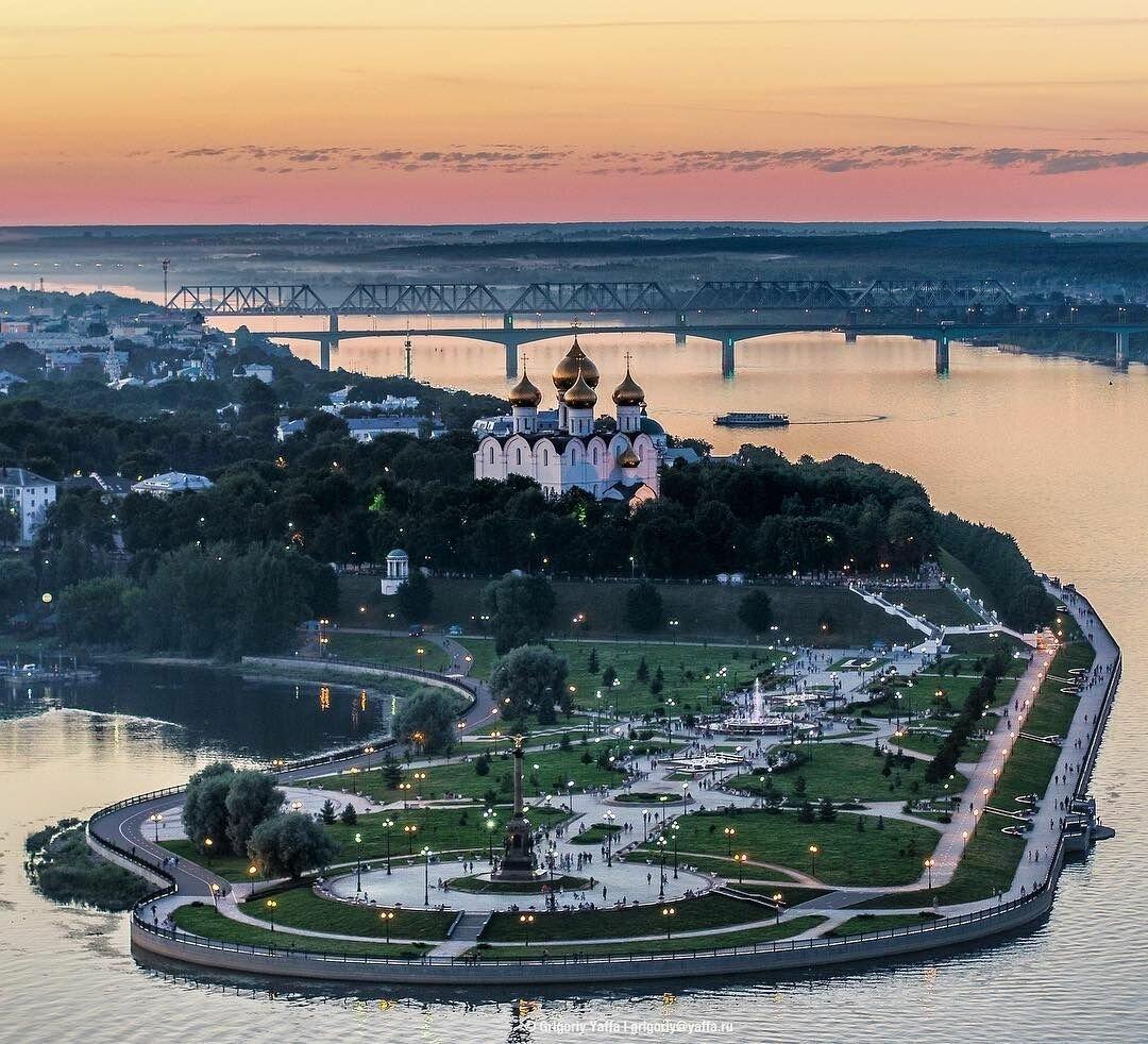 Парк стрелка и набережная реки Волга в Ярославле