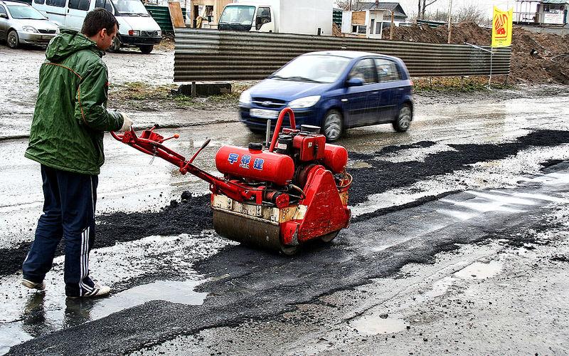 Почему дороги ремонтируют во время дождя или снега?