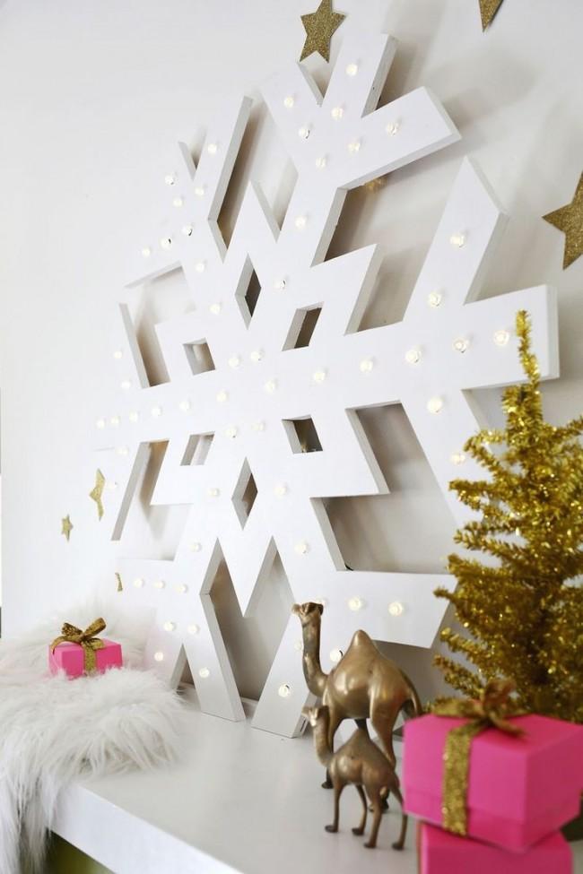 Большая снежинка из дерева, украшенная лампочками, задаст новогоднее настроение всем домочадцам