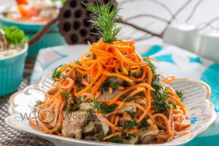 вкусный салат с печенью и острой морковью