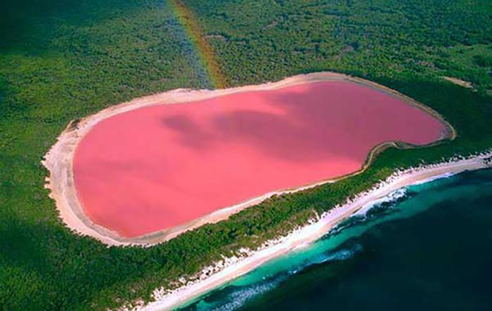 Ретба — розовое озеро, кормящее и губящее местное население
