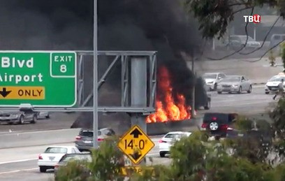 В Калифорнии на трассу упал легкомоторный самолет