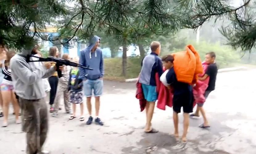 Пытки детей львовского «учителя» под прицелом автомата в тернопольском лагере попали на видео